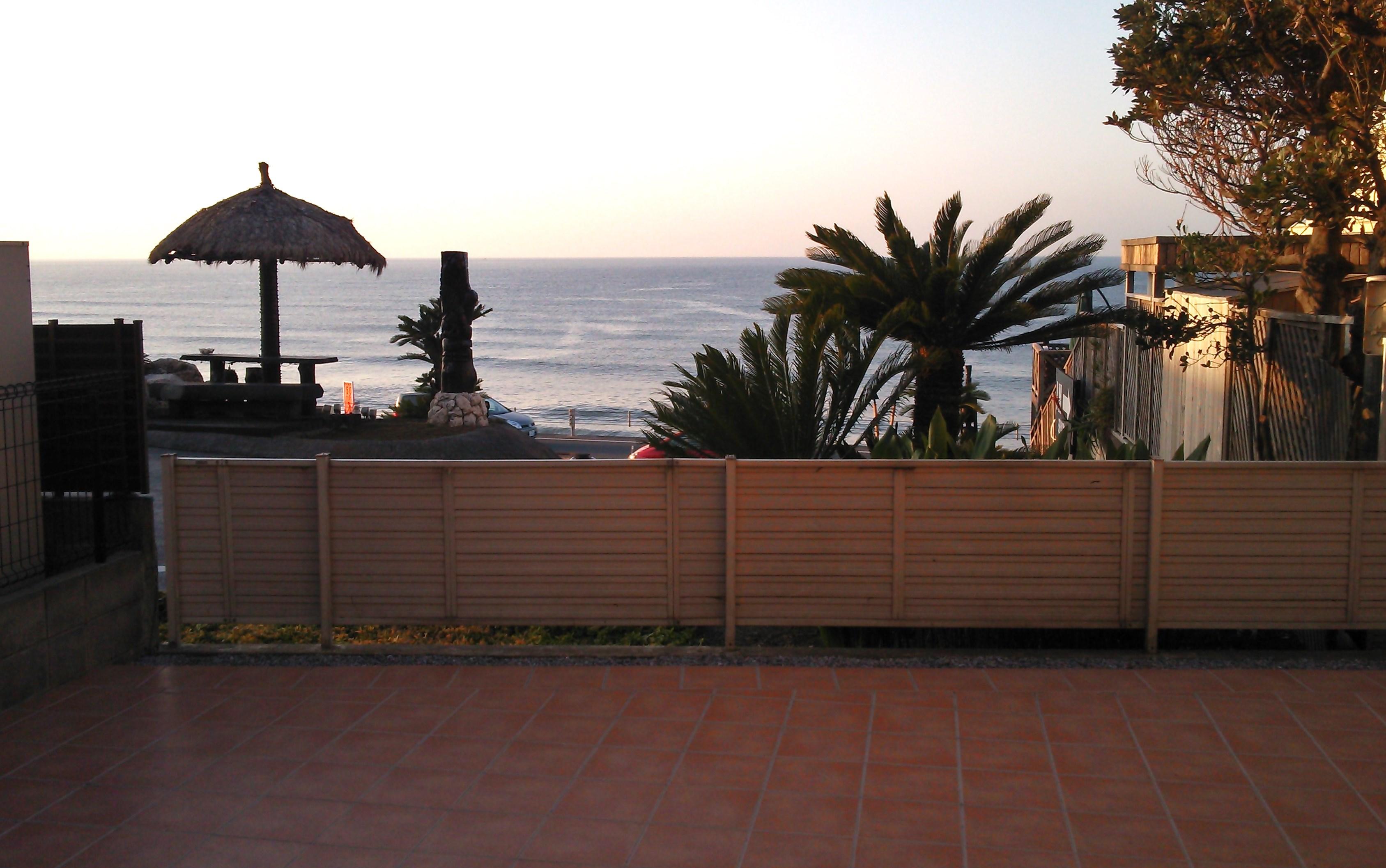 テラス朝の海
